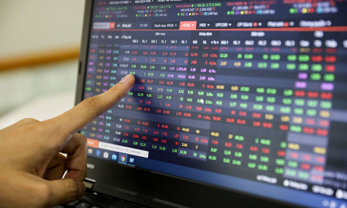 VN-Index drops as blue chips plunge to monthly low