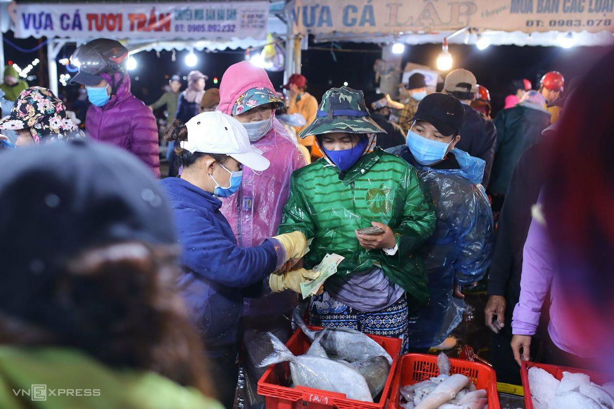 Deals are quickly settled while fish are fresh.  Many locals frequent the market to buy ingredients for their Tet spread.