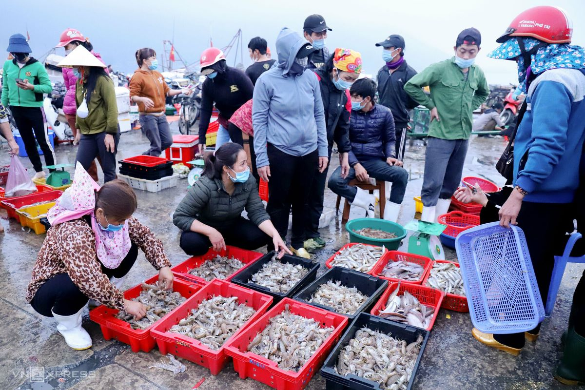 Red snapper, anchovies, Indian mackerel, shrimp or mantis shrimp are popular commodities here. Pandemic information is broadcast via public speakers in 10-minute intervals, warning people to wear masks and have their body temperatures taken at the port.