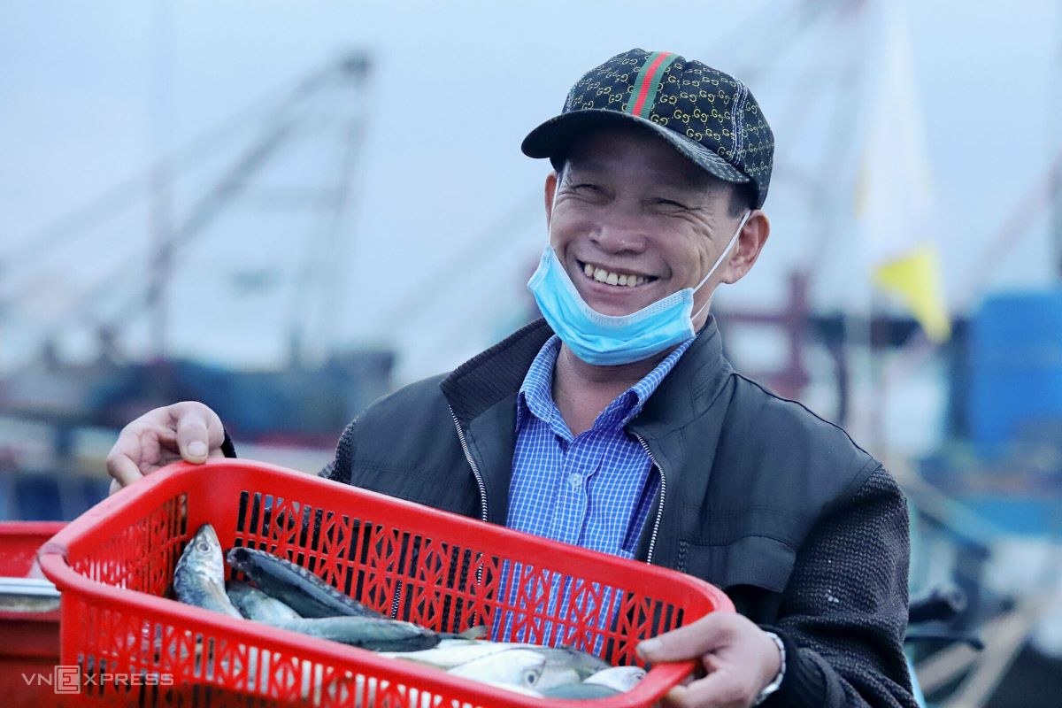 Nguyen Van Sang, 57, from Loc Ha District, Ha Tinh Province displays his purchase of fresh Indian mackerel with a broad smile. Fish is in high demand at Tet. I managed to buy more than 100 kilograms of mackerel to sell to wholesalers. Each kilogram brings me VND5,000 ($0.22) of profit, Sang said. According to the board of Ha Tinh fish port managers, a fishing crew of five to seven members could earn VND 7 to 9 million ($306) per trip.