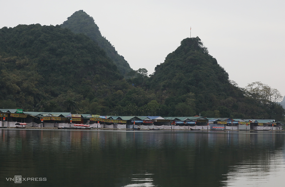 Yen Stream where boats typically dock to carry pilgrims to the Huong Pagoda is left completely deserted, February 2021. Photo by VnExpress/Ngoc Thanh.