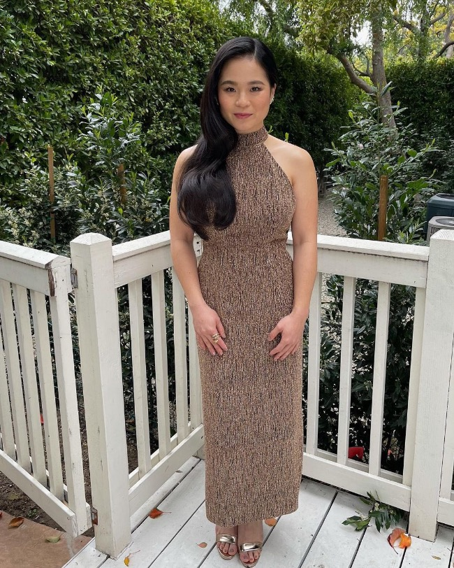 Tran wears a brown sleeveless dress from Cong Tri for her backyard promotional tour for the movie. Photo by Twitter/tranloan.