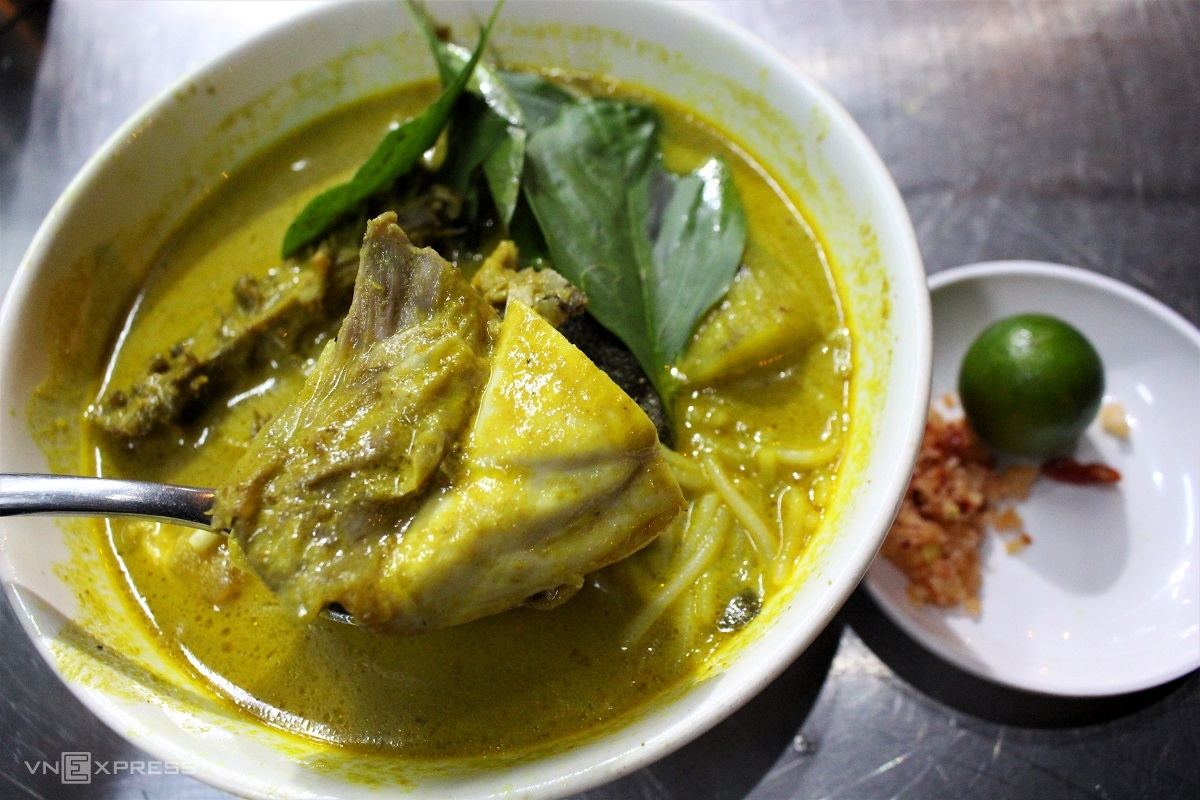 Curry juice is hot, creamy, not too sweet and fragrant. Chicken is tender, tasteful when dipped with chili salt and kumquats. Photo by VnExpress/Huynh Nhi.