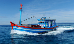 Two Vietnamese fishermen missing after collision with foreign ship