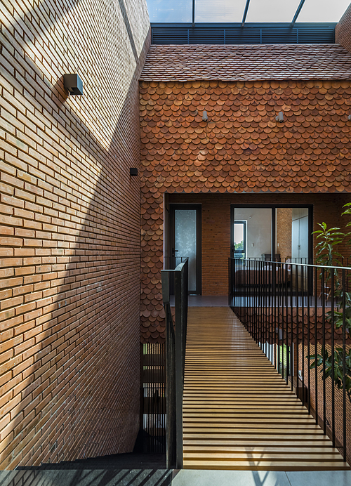 Raw brick and fish-scaled tiles make a perfect combination, creating a cozy vibe.