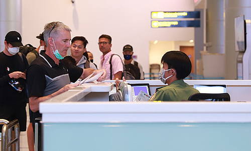 Vaccinated foreign arrivals should still undergo 14-day quarantine: health experts