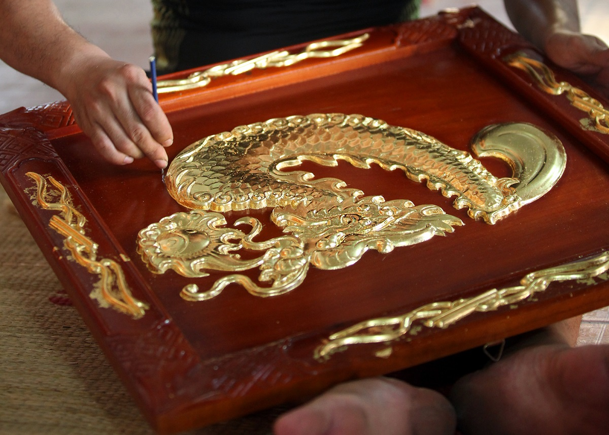 Gold lamination is done for products like religious artifacts or paintings. Photo by VnExpress/Le Bich.