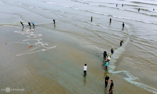 Casting giant croaker nets in Ha Tinh