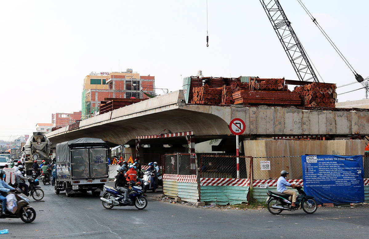 The unfinished Bung Bridge in HCMC, February 2021. Photo by VnExpress/Gia Minh.