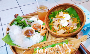Southern rice paper dishes draw foodies to Hanoi alley