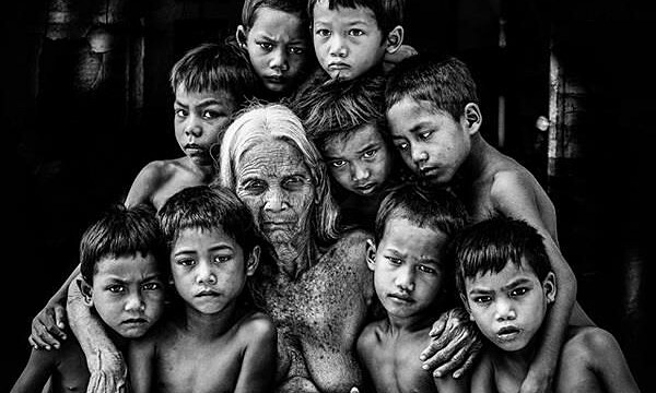 The photo taken by Ninh Manh Thanh depicts the image of Central Highlands children in the arms of a village chief.