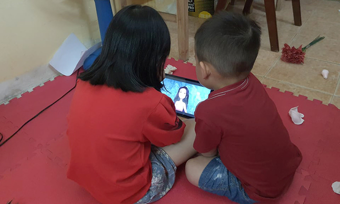 Watching online videos is a favorite hobby for many children. Photo by VnExpress/Pham Nga.