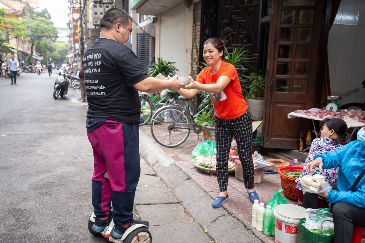 Hang, butcher in the neighborhood, is always excited when seeing The delivers pho on his hoverboard. Those bowls of pho will be delivered faster, and they are hot as if they are served at The's restaurant, she said.