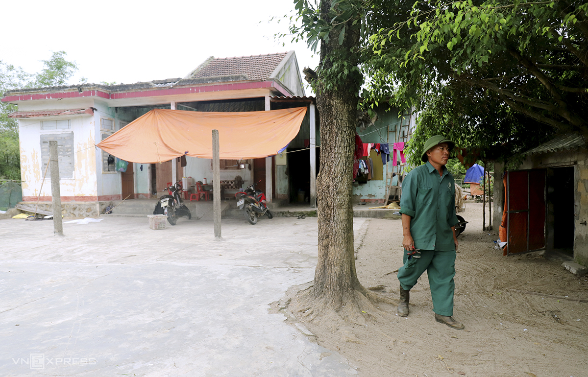 As the project has been left untouched for years, many households subjected to be relocated have returned to their old houses. Bui Quang Dao, 56, said his family had received VND1 billion of compensation to move to a resettlement are that are 3km from the mine but for the past three years, he had returned to the old house and make use of the land around to grow crops and raise cattle. Dao said once the project is resumed, he will move out immediately.