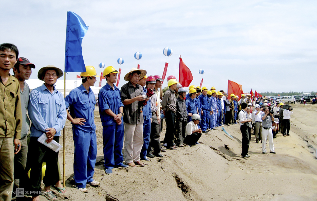 In 2008, Ha Tinh-based Thach Khe Iron JSC (TIC) started a project with a total investment capital of VND14.5 trillion ($627.61 million as per current exchange rate) in 50 years.  In this photo, workers are seen taking part in the project's inauguration in September, 2009. Local authorities had back then expected the project would help create jobs for thousands of locals and serve the demand for both low-quality and high-quality iron ore for the domestic metallurgy industry.