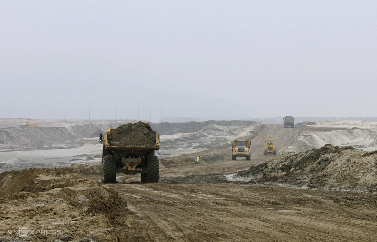 A scene at the Thach Khe iron ore mine in early 2011. By the end of 2011, workers had already finished stripping the soil layer on the surface to reach a depth of minus 34 meters above sea level and got 3,000 tons of ore. However, after that, the project encountered problems in mobilizing and contributing capital, leading to a series of consequences including delays in site clearance progress, lack of money to pay for the consultancy contractor and construction contractor to build technical design for the project and a resettlement area for households affected by the project.  Following those issues the government in November 2011, had to suspend the project to re-evaluate the technical design and restructure shareholders of TIC.