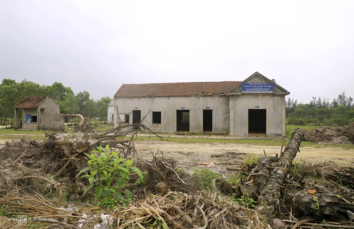 A building that was used as office for companies that lease out construction machinery and equipment and building material for the project in the mining area is now abandoned.
