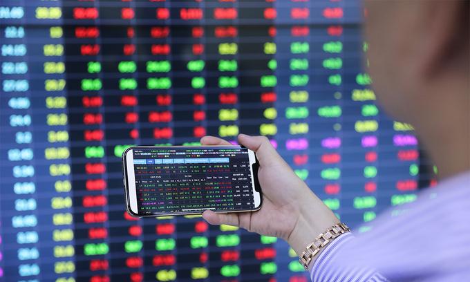 VN-Index dips as banking stocks plummet