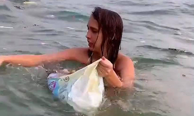 Russian swimmer collects trash on Phu Quoc
