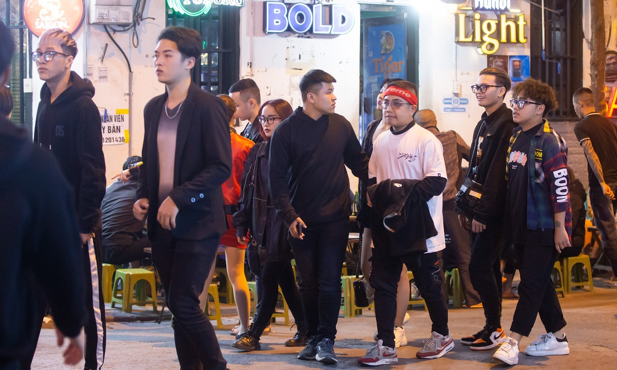 Around 10 p.m. Tuesday, Hanois iconic Ta Hien beer street is filled with young people.
