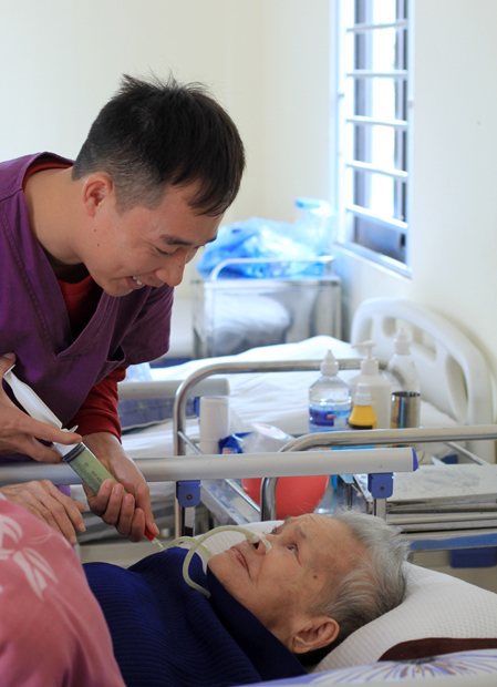 Thanhs mother, 88, has lived in a nursing home for three years. Photo by VnExpress/Phan Duong.