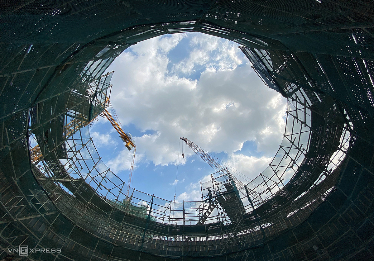 The circle has a diameter of 15 meter and rises six meters high as measured from the floor of the first floor to the ground.