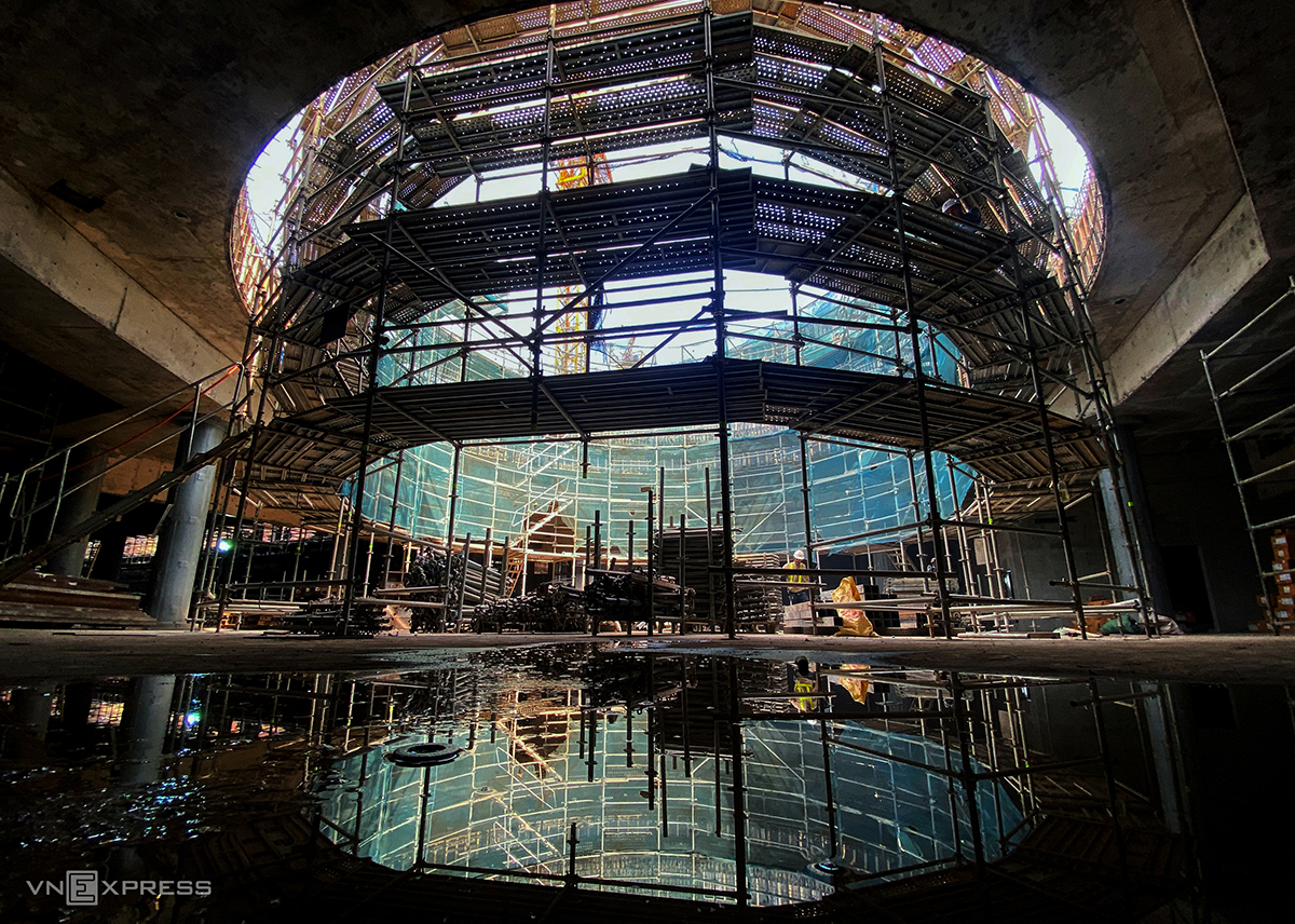 The entire circle will be covered with transparent glass to shield the underground station from rain and let the sunlight in.