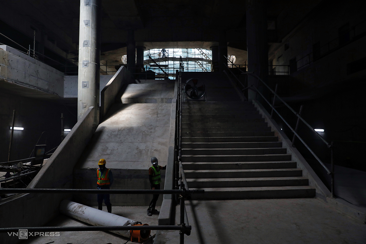 The station has six entries, including one at the September 23rd Park, one near Quach Thi Trang Roundabout in front of the Ben Thanh Market, and one on Phan Chu Trinh Street that stands just next to the market. Built in 2016, the project has now been 83 percent complete, and the metro line no.1's investor, the HCMC Management Authority for Urban Railways (MAUR), said the entire station will be finished within April.