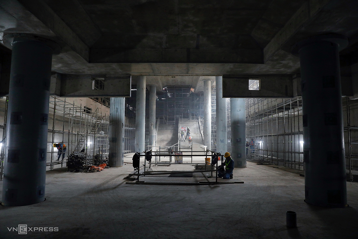 The pillars at the station's first floor. This floor area will have a shopping mall of around 45,000 square meters.