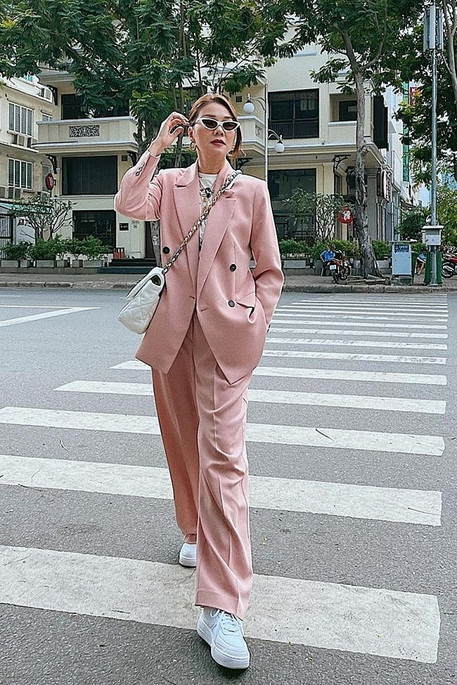 Model Thanh Hang has been spotted in an array of relaxed suits in recent years, embracing her femininity with pastel colors and matching handbags. Photo courtesy of Thanh Hang.