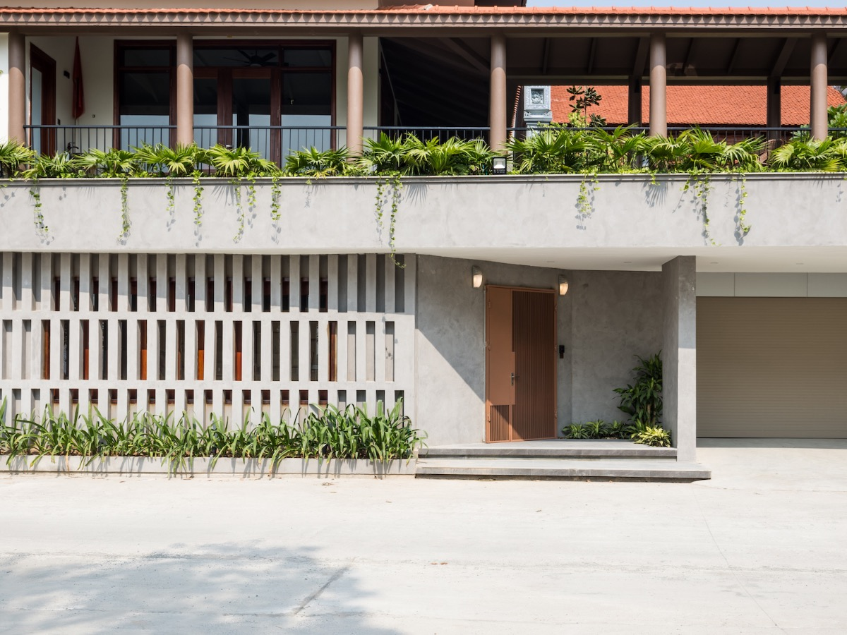 Located on a 480-meter-square plot in Hanoi's Thanh Oai District, the house is divided into two parts: a worship area designed with traditional Vietnamese style, and a living space filled with greenery. The first floor consists of a parking lot and entertainment space.
