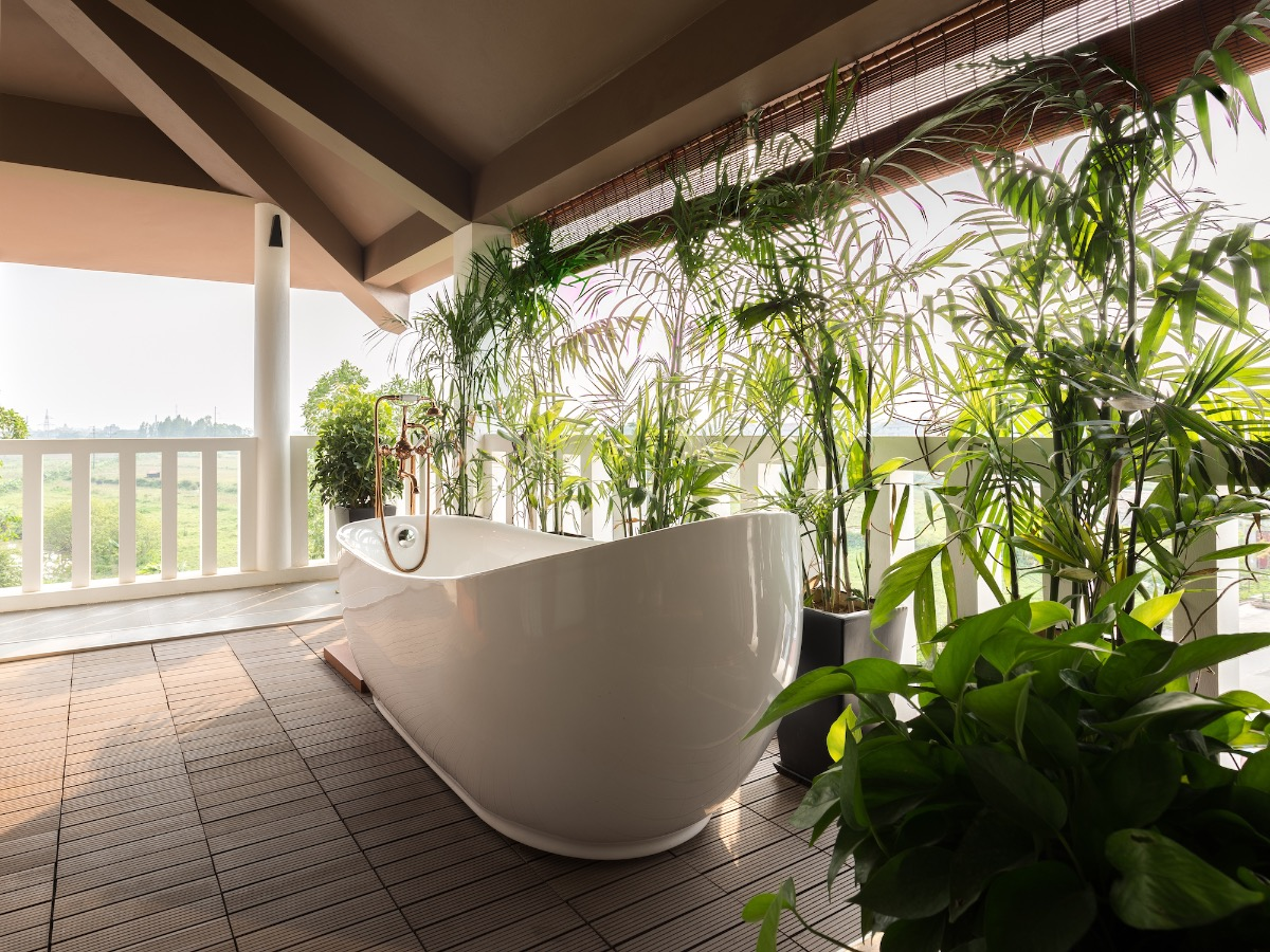 Outdoor bath tub of the master bedroom has a paddy field view.