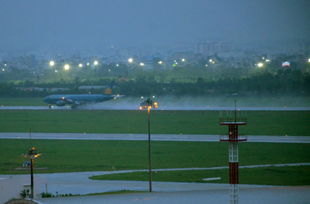 A plan moves along a flooded runway in Tan Son Nhat airport in 2015. Photo by VnExpress/Duy Tran
