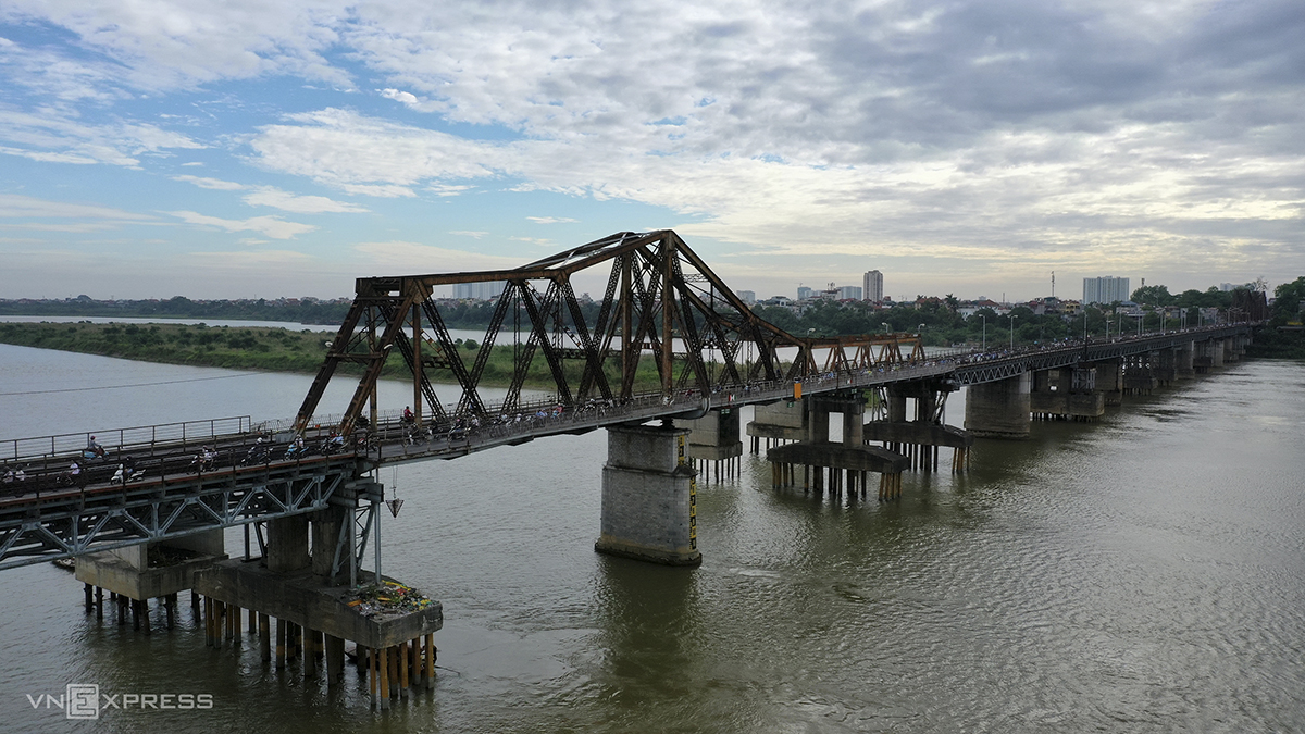 The bridge across the Red River was designed and built by French firm Daydé-Pillié in September, 1898. It opened to traffic in 1902, running more than 1,691 meters long, with a rail track in the middle and road transportation on either side.