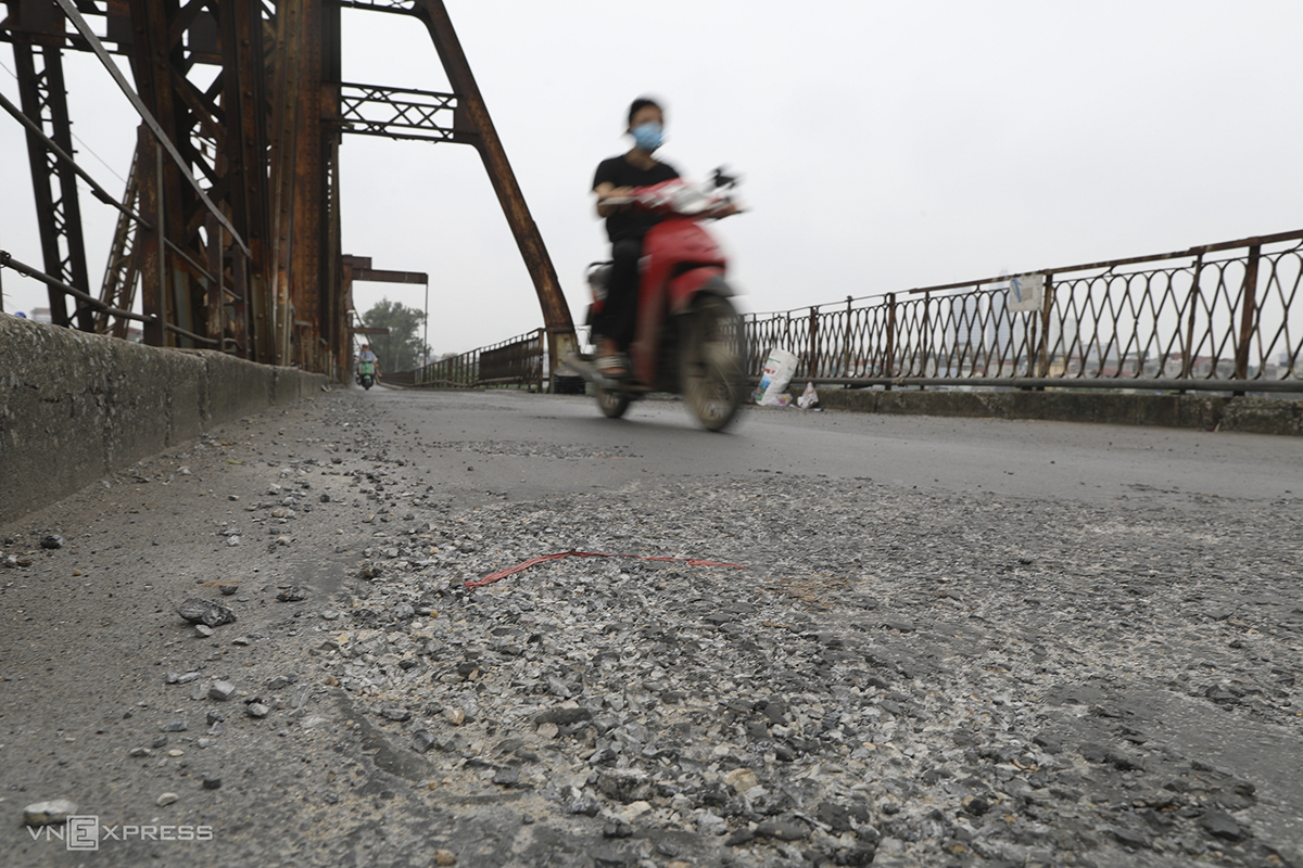 The road surface on the bridge is damaged in several sections. Ha Hai Railways said fixing the roads was part of the company's maintenance plan for the first quarter; and work on it has basically been completed.