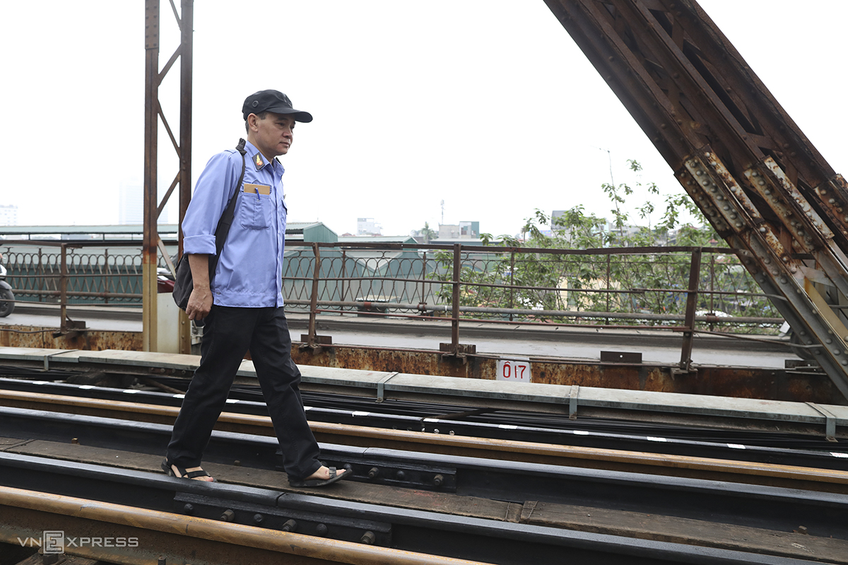 Railway employee Nguyen Manh Thang, 51, patrols the bridge every day. I have to check every detail from the track to screws and sleepers and report to higher authorities. The bridge is really old now, so it has to be inspected regularly.
