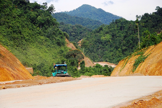 Construction of the La Son-Tuy Loan expressway started three years ago and hundreds of workers are racing against time to speed up the project scheduled for completion by the end of this year.