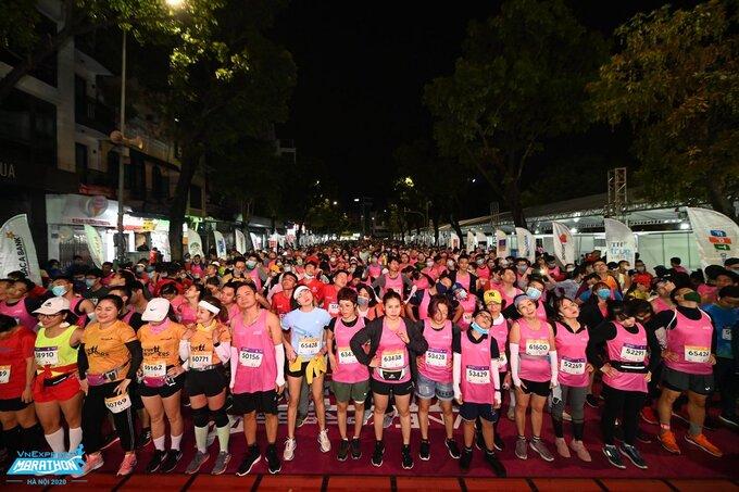 Athletes warm up at VnExpress Marathon Hanoi Midnight on November 28, 2020. Photo by VnExpress