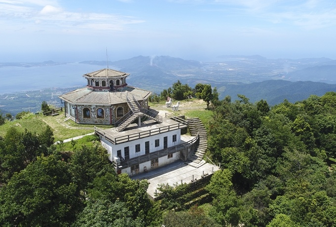 The Hai Dai watchtower, the highest point on Bach Ma Mountain, offers visitors amazing panoramic views of the beautiful Lang Co Bay.