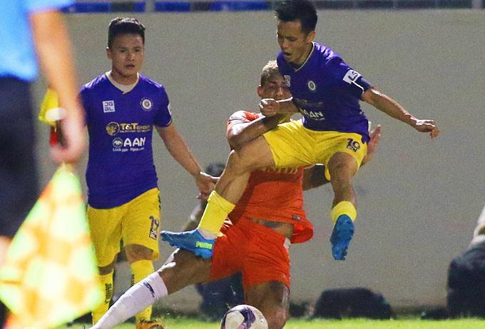Nguyen Van Quyet (R) runs straight into Janclesio Santos in the V. League game between SHB Da Nang and Hanoi FC on April 2, 2021. Photo by VnExpress/Tinh De.