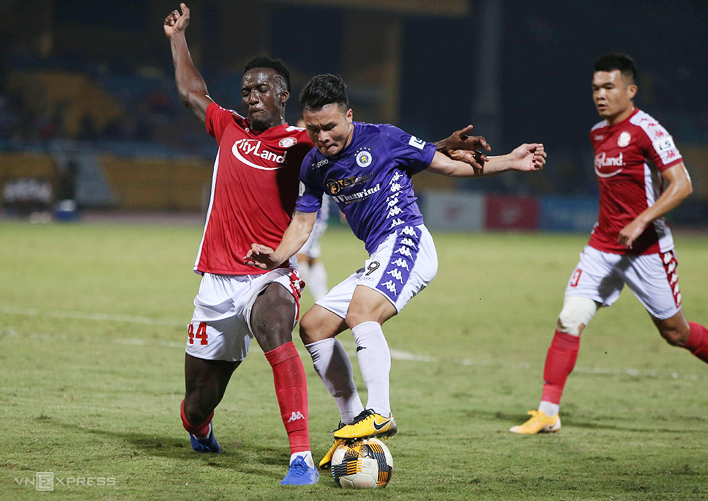 Pape Diakité (L) when playing for HCMC FC against Hanoi FC, October 10, 2020. Photo by VnExpress/Ngoc Tu.