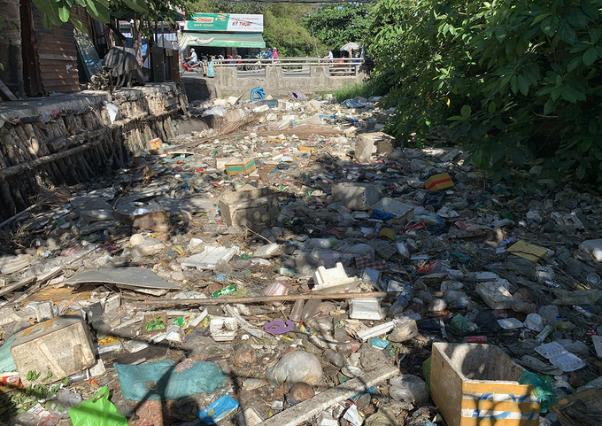 A section of the Hy Vong Canal in HCMC's Tan Binh District filled with trash. Photo by VnExpress/Quynh Tran.