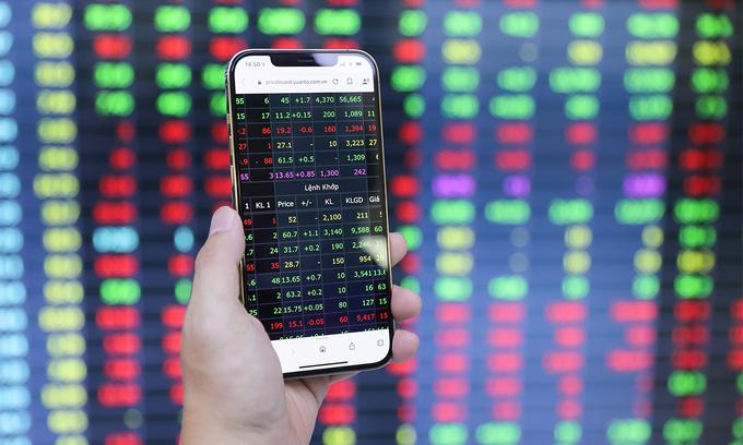 VN-Index dips as banking stocks tumble