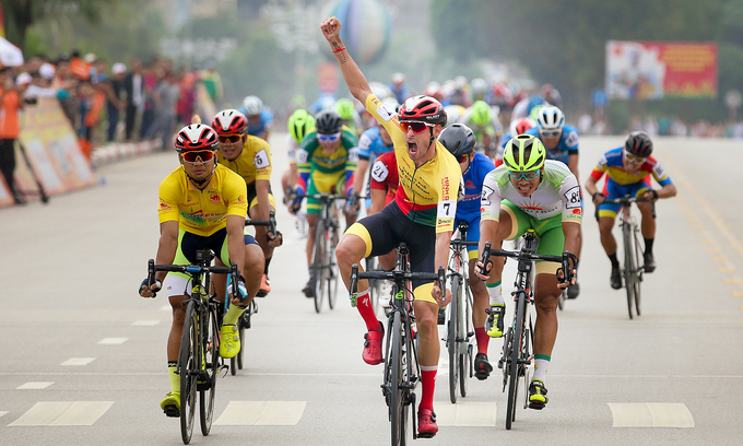 Spanish cyclist wins third stage of national race