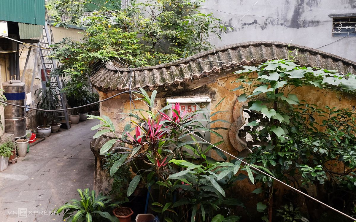Surrounding the mansion is the winding walls of the former royal garden. Fence walls remain intact but are covered by ornamental plants and vegetables grown by resident families.