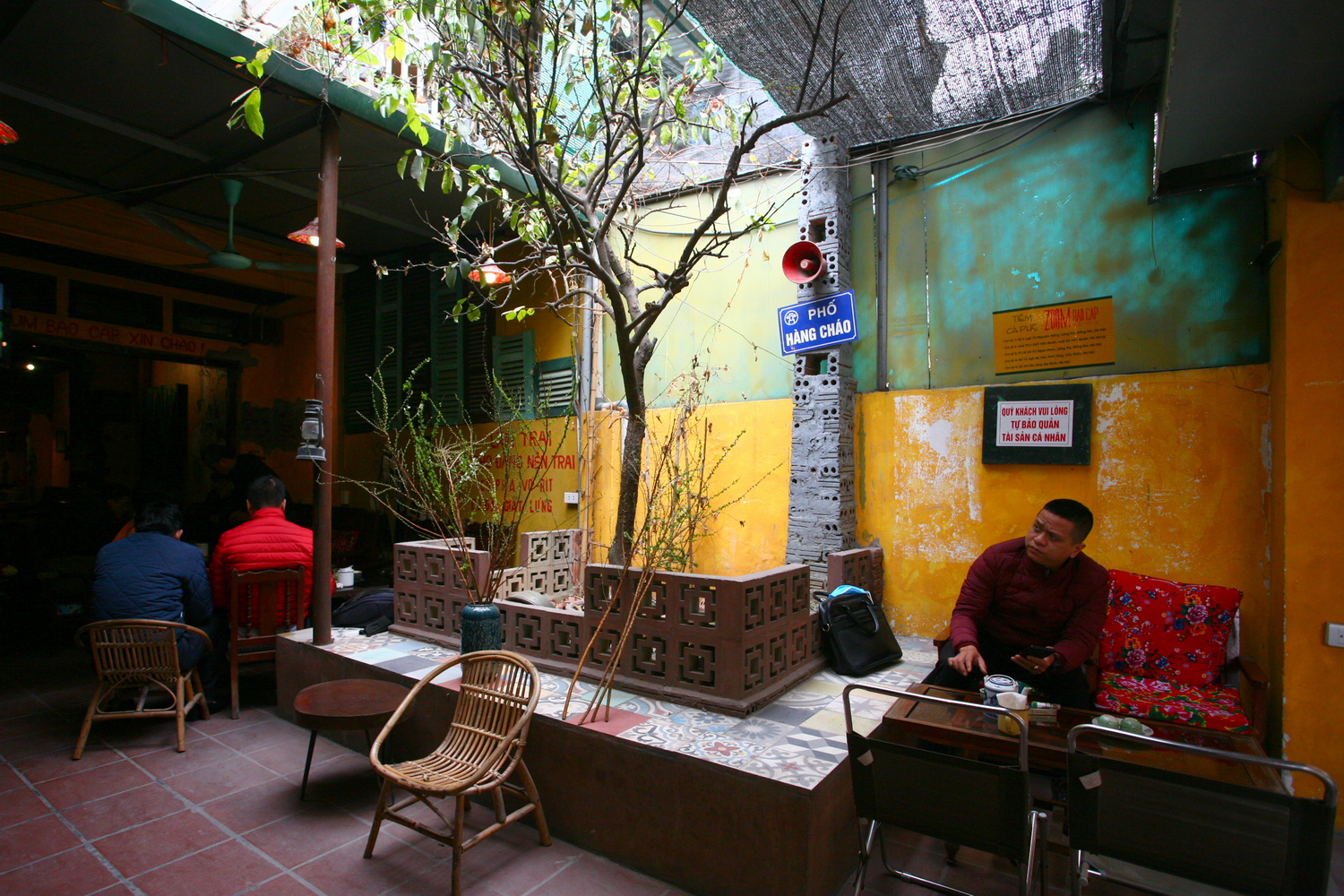 The Zum Coffee shop is located on the first floor of an old dormitory in a small alley at 110 C6 Vu Ngoc Phan street, Dong Da district. The outside of the shop doesn't look any different from many other dormitories. There is a small yard for trees right in front of the shop. The architecture of the building is almost unchanged.