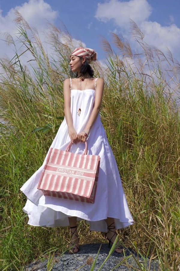Model Khanh Linh resembles a countryside girl with a white dress and headscarf that match her Dior handbag. Photo courtesy of Khanh Linh.