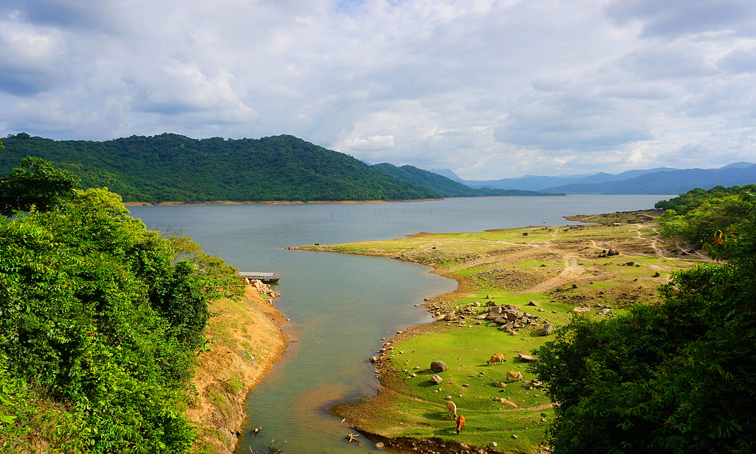 Nui Mot Lake in An Nhon Town, the central province of Binh Dinh. Photo by VnExpress/Hien Trang.