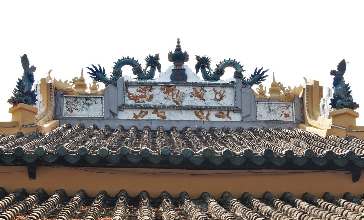 Meanwhile, the roof is more similar to the architecture of Chinese pagodas or temples.