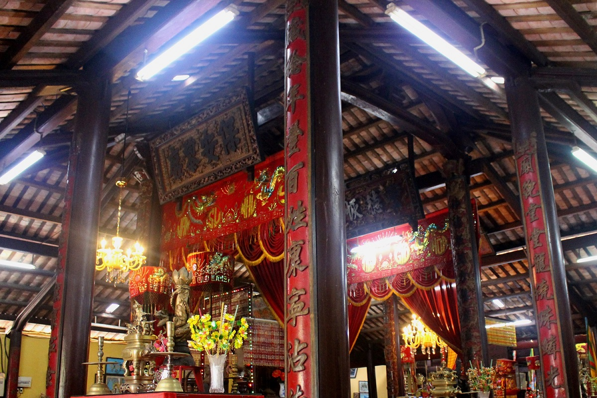 The interior of the communal house is decorated with details that bring out its Vietnamese identity, including carvings, lacquered boards, couplets, and tales. Every pair of pillars displays a couplet. The two pillars at the center are sophisticatedly carved with additional decorative patterns.